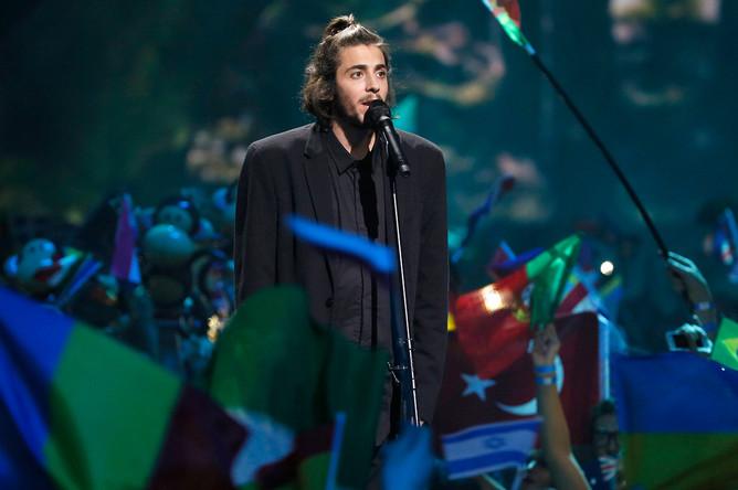 Участник от Португалии Сальвадор Собрал в финале конкурса «Евровидение-2017» в Киеве, 13 мая 2017 года