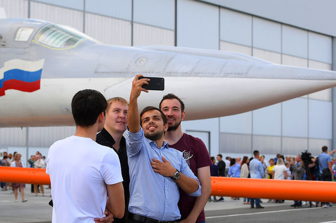 5610710 16.08.2018 Сотрудники завода делают селфи на фоне самолета во время презентации в Казани, 16 августа 2018 года