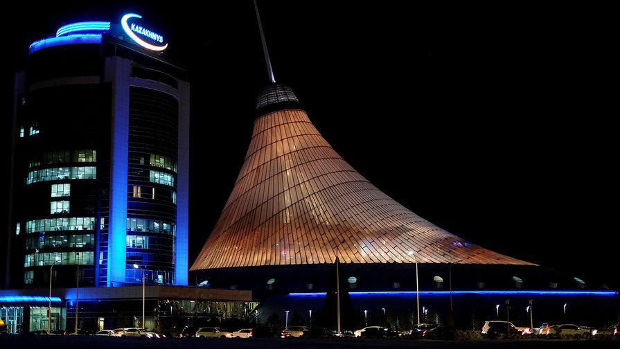 Торгово-развлекательный центр «Хан Шатыр» (справа) в Нур-Султане (ранее Акмолинск, Целиноград, Акмола, Астана?)
