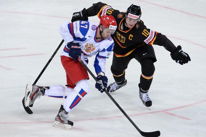 Александр Радулов в атаке на ворота немецкой команды
