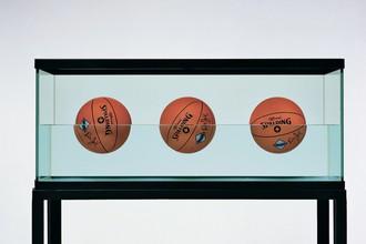 Джефф КунсТри мяча 50/50 Бак (Серия «Spalding Dr JK Silver») 1985Стекло, сталь, дистиллированная вода, три баскетбольных мяча