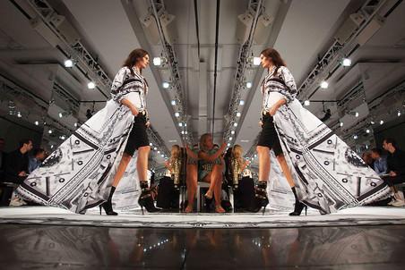 Versace извинился за футболки с неправильной картой Китая