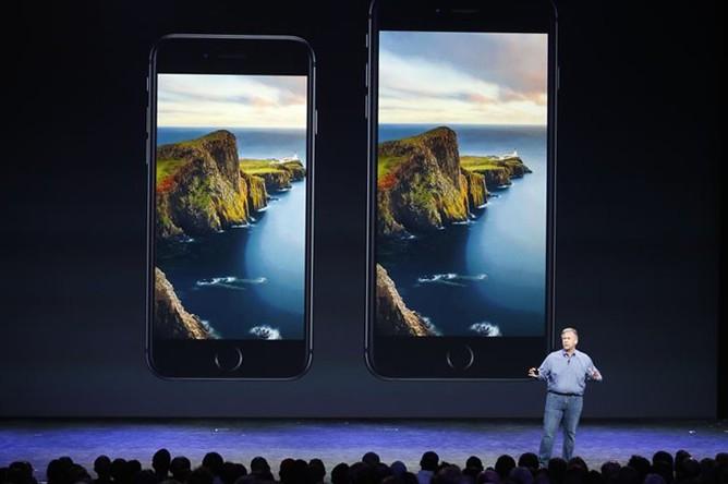 Вице-президент Apple Фил Шиллер представляет новый iPhone 6