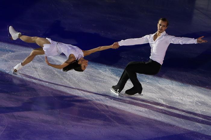 Ксения Столбова и Федор Климов исполняют показательный номер под композицию певицы Нюши
