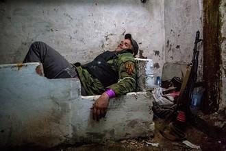 Ополченец ДНР в подвале в ожидании артобстрела в поселке Семеновка