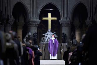 Парижский кардинал Андре Вен-Труа служит мессу в соборе Парижской Богоматери