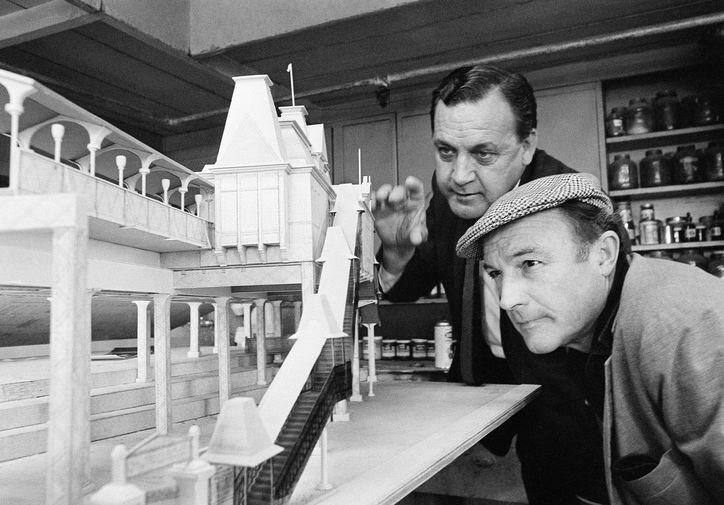 Художник Джон ДеКьюр и режиссер Джин Келли около модели декораций для фильма «Хелло, Долли!» в мастерской 20th Century Fox в Голливуде, 1967 год