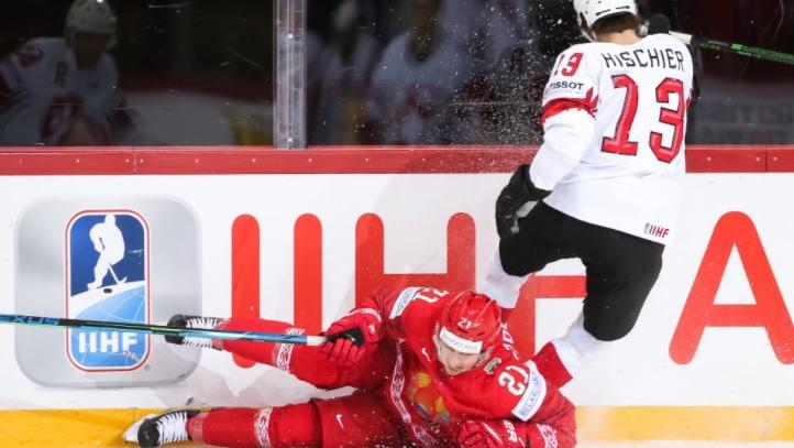 Нико Хишир (справа) и его партнеры по сборной Швейцарии лишили белорусов шансов на выход в плей-офф