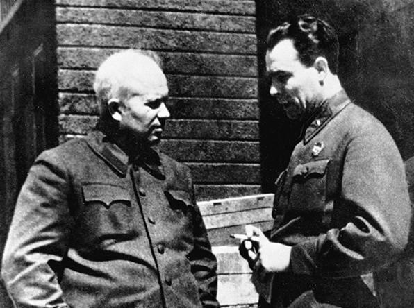 Член военного совета Юго-Западного фронта Никита Хрущев (слева) и начальник политотдела 18-й армии полковник Леонид Брежнев, 1942 год