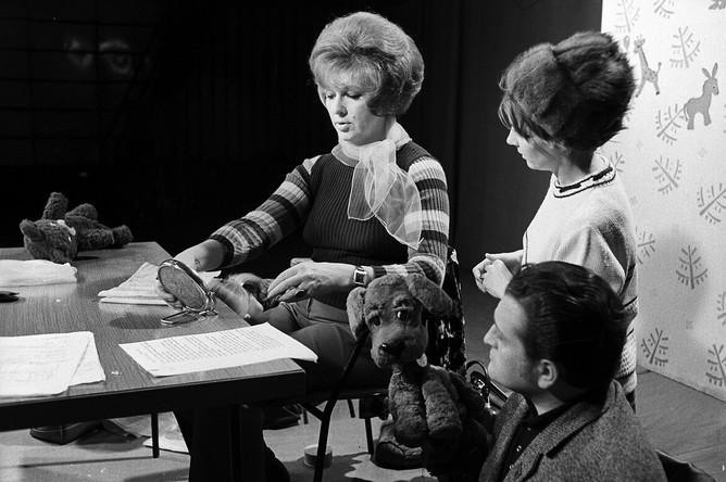 Диктор Центрального телевидения и ведущая телепередачи «Спокойной ночи, малыши!» Валентина Леонтьева в телецентре «Останкино» во время записи программы, 1973 год