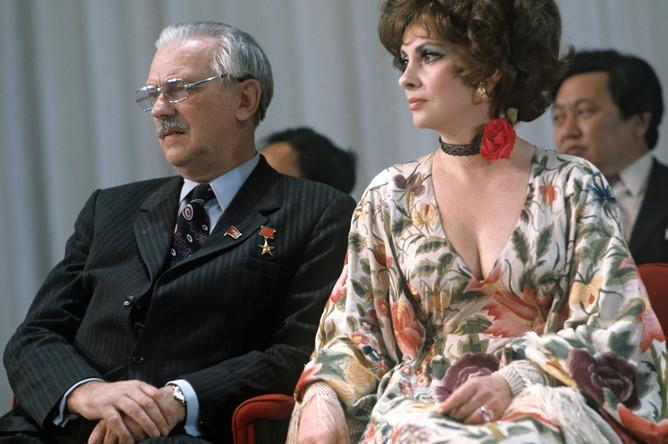 Итальянская актриса Джина Лоллобриджида и писатель Сергей Михалков на Московском международном кинофестивале, 1973 год