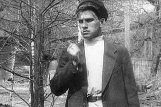 Поэт Владимир Маяковский в сцене из фильма «Барышня и хулиган» (1918)