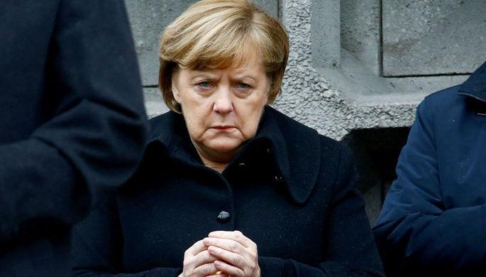 В самолет Меркель врезался автомобиль