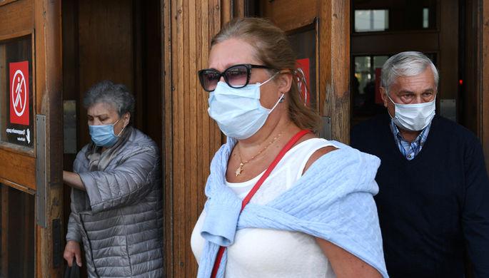 Пассажиры в медицинских масках выходят из вестибюля станции метро «Парк культуры» в Москве