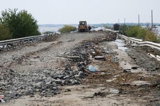 Участок разбитой автодороги Хабаровск-Комсомольск-на-Амуре в районе озера Гасси.