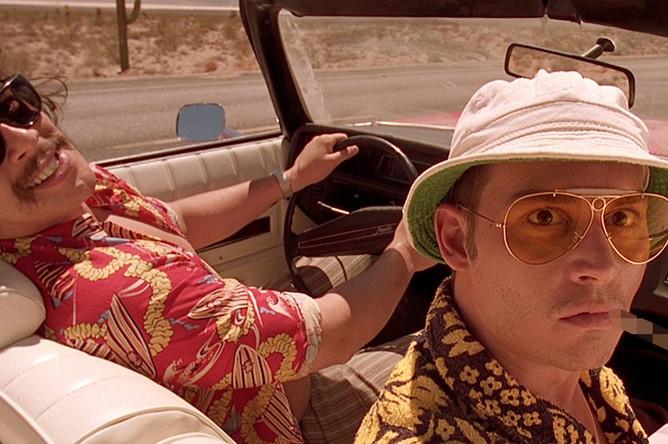 Бенисио дель Торо и Джонни Депп в фильме Терри Гиллиама по роману Хантера Томпсона «Страх и отвращение в Лас-Вегасе» (1998)