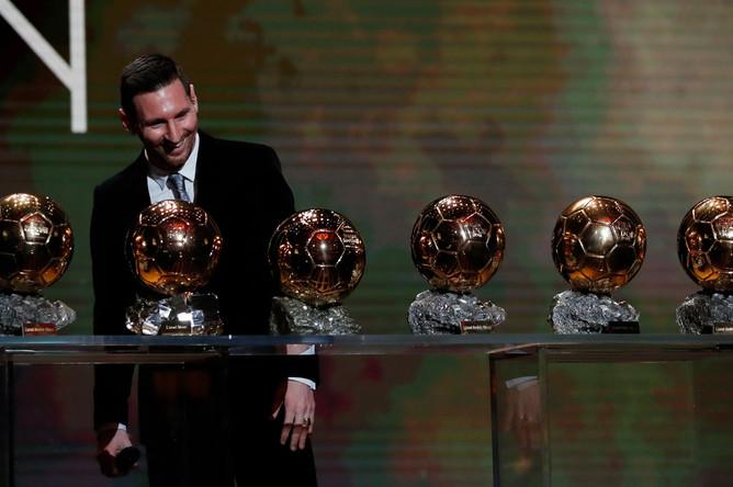 Месси позирует со своими шестью «Золотыми мячами» на сцене, 2 декабря 2019 года