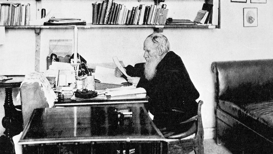 Лев Толстой в своем рабочем кабинете в Ясной Поляне, 1900 год