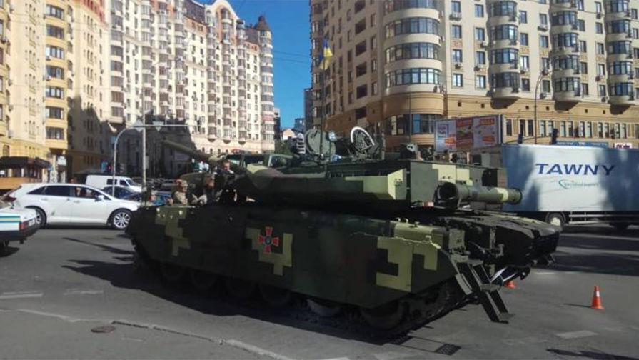 В центре Киева заглох и задымился ехавший на репетицию парада танк