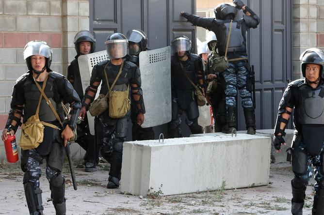 Сотрудники правоохранительных структур во время операцию по задержанию экс-президента Киргизии Алмазбека Атамбаева в его резиденции в селе Кой-Таш, 8 августа 2019 года