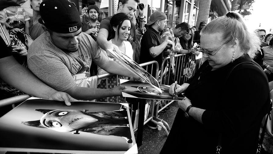 Кончата Феррелл раздает автографы перед премьерой анимационного фильма «Франкенвини» в Лос-Анджелесе, 2012 год