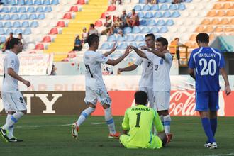 Сборная Уругвая вволю поиздевалась над вратарем Асилбеком Амановым и его командой