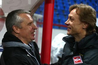 Валерий Карпин (справа) поздравляет своего коллегу Леонида Кучука с заслуженной победой