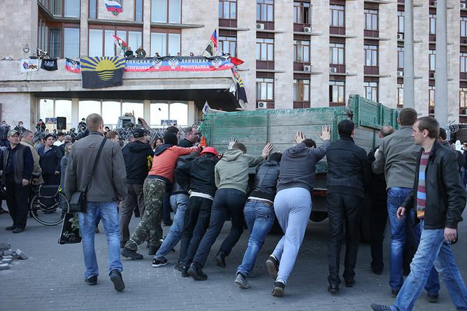 Участники протестных акций у захваченного здания Донецкой областной администрации