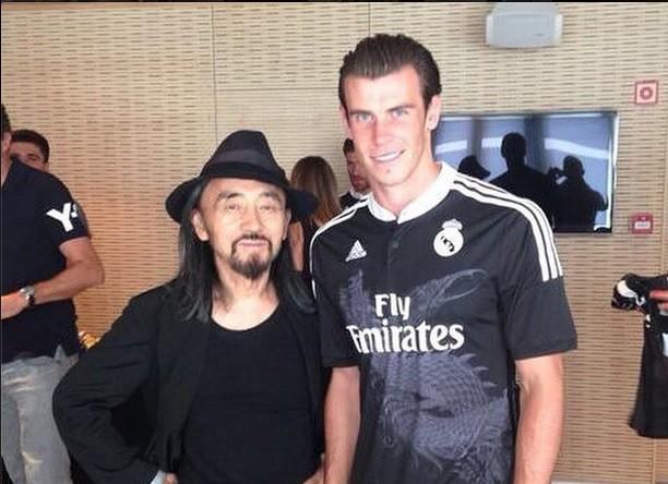 Игрок мадридского «Реала» Гарет Бейл с дизайнером Йоджи Ямамото