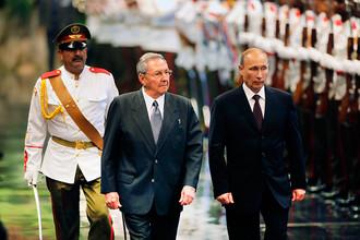 Рауль Кастро и Владимир Путин во время церемонии встречи во Дворце Революции, 2014 год