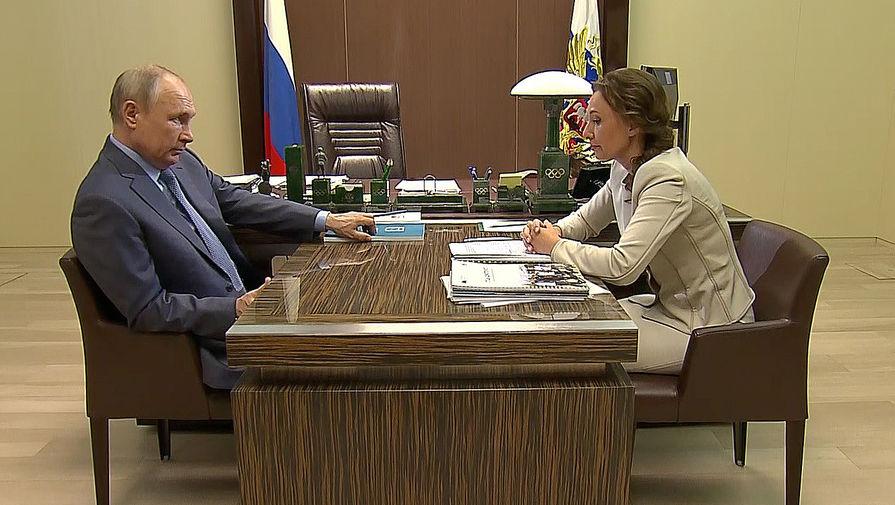 Президент Росс Владимир Путин и уполномоченный при президенте России по правам ребенка Анна Кузнецова во время встречи в Сочи (кадр из видео)