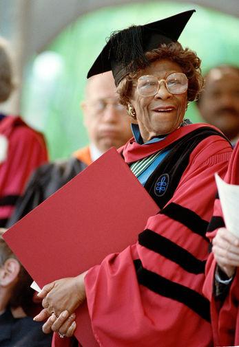 Элла Фицджеральд с почетной степенью доктора музыки, которую она получила в Гарвардском университете на 339-й церемонии вручения дипломов в Кембридже, штат Массачусетс, 7 июня 1990 год