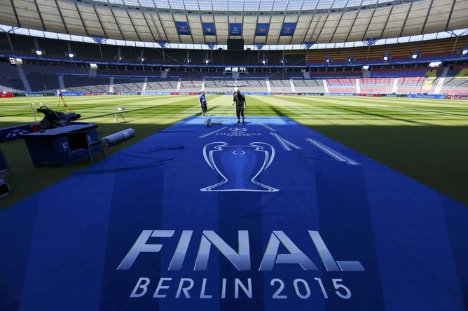 Рабочие готовят Олимпийский стадион к финалу Лиги чемпионов
