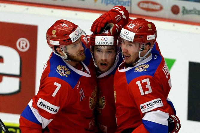 Сборная России по хоккею празднует забитую шайбу в своем завершающем матче на Евротуре