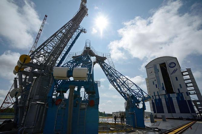 Стартовый комплекс и мобильная башня обслуживания ракетного комплекса на космодроме «Восточный»