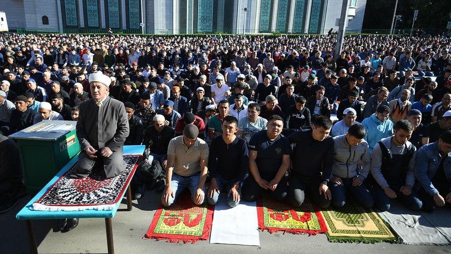 Мусульмане перед намазом в день праздника Ураза-байрам у Соборной мечети в Москве, 4 июня 2019 года