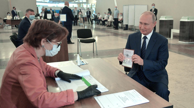 Тогда ещё непривитый президент В.В. Путин пришел голосовать за обнуление себе сроков без маски.