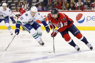 Хоккеисты «Ванкувера» так и не смогли сдержать Евгения Кузнецова (справа)