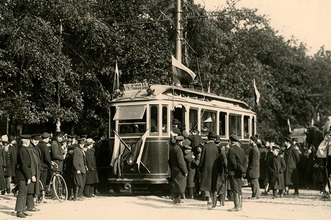 Посадка в трамвай в первый день движения. 1907 год