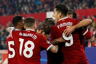 Футболисты «Ливерпуля» празднуют забитый мяч в ворота «Севильи»