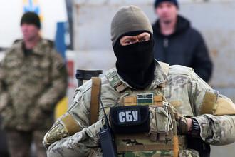 Военнослужащий СБУ во время обмена пленными между Киевом и самопровозглашенной Луганской народной республикой у КПП «Майорск» на линии разграничения, 27 декабря 2017 года
