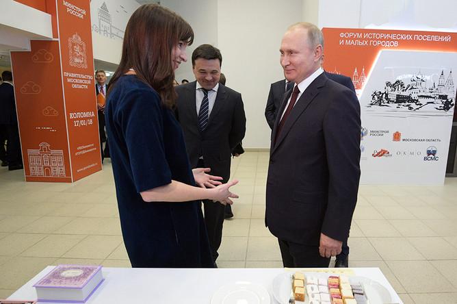 Владимир Путин во время осмотра в рамках форума малых городов и исторических поселений выставки проектов создания комфортной городской среды в Коломне, 17 декабря 2018 года