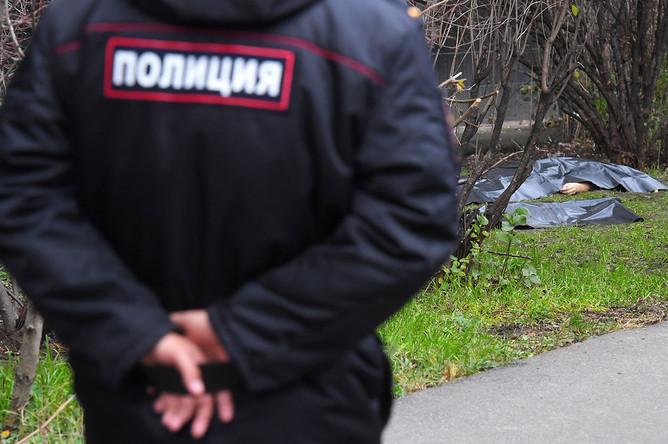 У дома №6 на улице Чичерина в Бабушкинском районе, где из окна выпали женщина и двое детей. Женщина и ее грудная дочь в результате падения скончались, сын госпитализирован в тяжелом состоянии