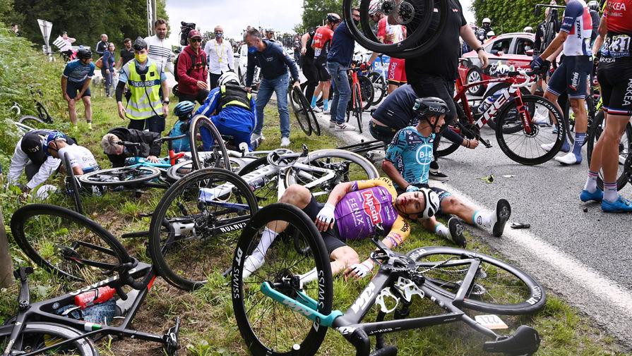 Полиция арестовала болельщицу, которая инициировала завал на Тур де Франс