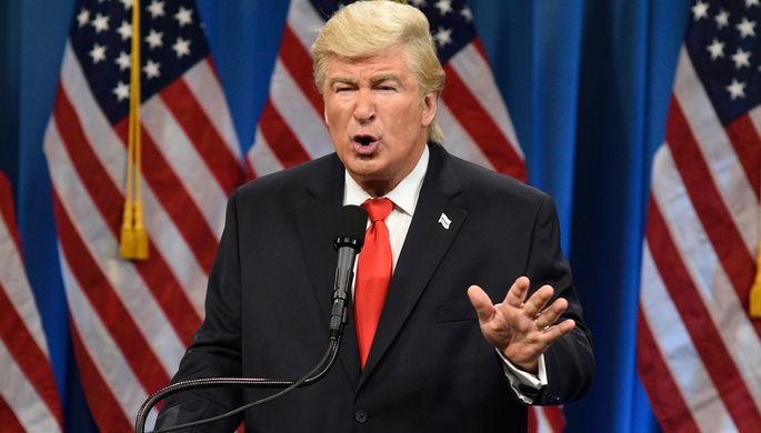 Алек Болдуин в роли Дональда Трампа в выпуске программы Saturday Night Live, январь 2017 года