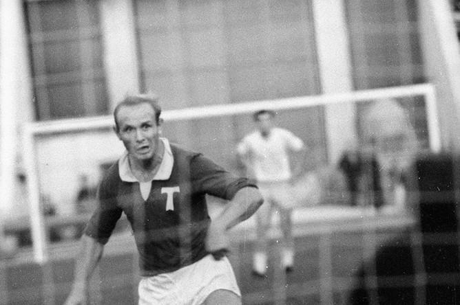 1965 год. Эдуард Стрельцов во время футбольного матча