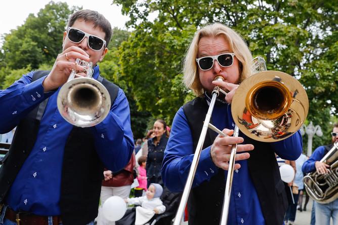 Во время фестиваля «Театральный марш» в саду «Эрмитаж» в рамках празднования Дня города