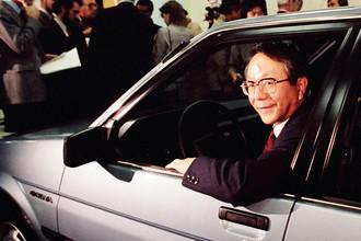 Бывший президент Toyota Corp Тацуро Тоёда за рулем компакта Chevrolet Nova (он же — Toyota Corolla), продукта совместного предприятия General Motors и Toyota Corp для американского рынка, 1984 год