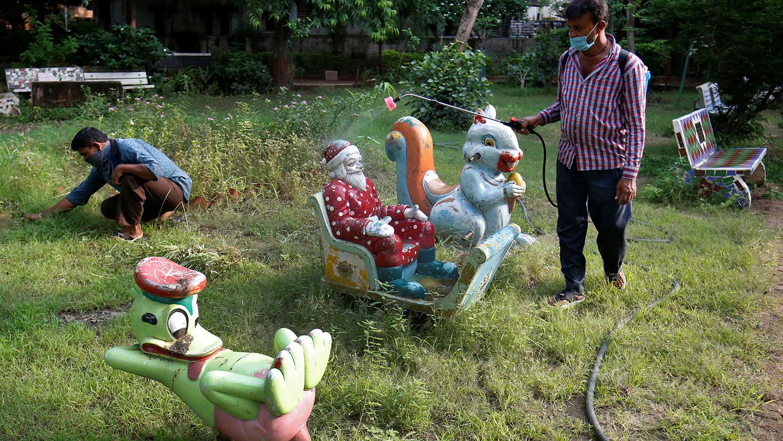Ахмадабад хотын хүүхдийн тоглоомын талбайг ариутгаж байна.
