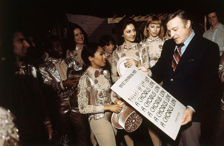 Джин Келли с артистами мюзикла в бродвейском театре «Шуберт», 1975 год